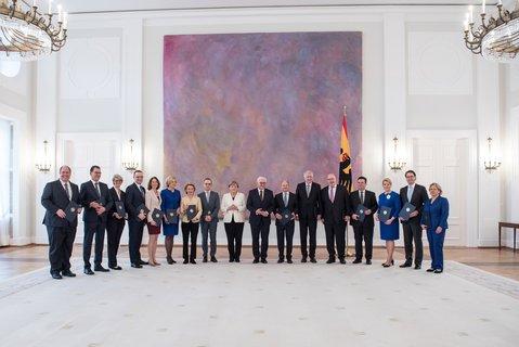 Kanzlerin Angela Merkel, ihre 15 Ministerinnen und Minister – und in der Mitte Bundespräsident Frank-Walter Steinmeier