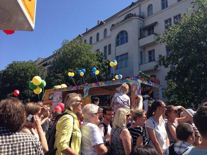 Viele Zuschauer haben sich am Südstern in Kreuzberg versammelt.