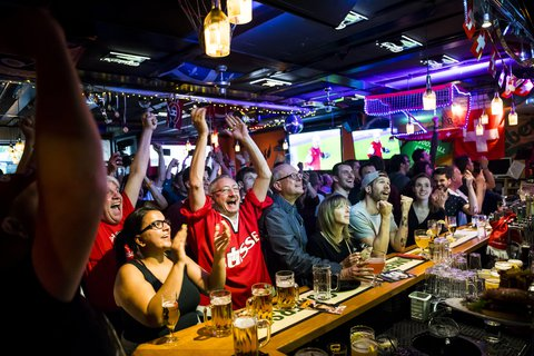 Schweizer Fans in einer Bar in Lausanne.