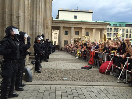Polizisten schirmen die Demonstrationen voneinander ab.