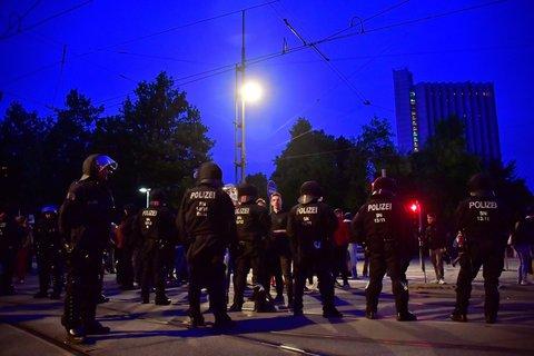 Die Polizei ist auch nach Sonnenuntergang noch auf den Straßen von Chemnitz präsent