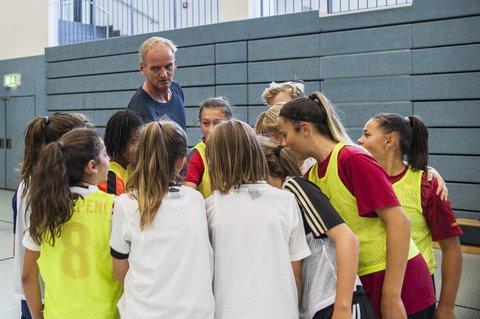 Mit den Fußballerinnen der Carl-von-Weinberg-Schule in Frankfurt