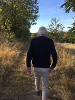 Henning Harnischs Vater beim Spaziergang