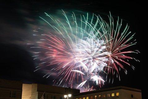 Für alle, die das Feuerwerk verpasst haben (so wie wir hier in der Tagesspiegel-Redaktion): So in etwa hat es wohl ausgesehen. Schick.