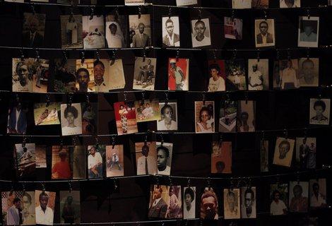Porträts der Ermordeten im Genocide Memorial.