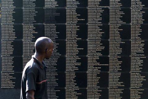 Eine Tafel mit Namen der Toten.