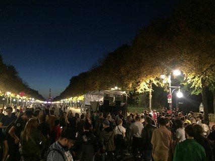 Auf halben Weg zwischen Siegessäule und Brandenburger Tor feiern junge Leute bei Hip Hop Sounds.