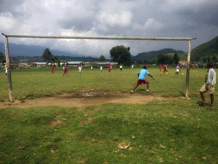 Engagierte junge Fußballerinnen und Fußballer.