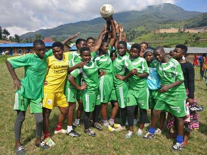 Stolze Mannschaft junger Ruanderinnen.