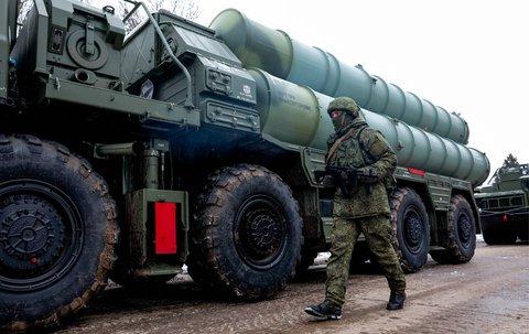 Ein Soldat patrouilliert vor dem russischen RaktenabwehrsystemS-400.