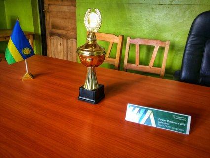 Zentrale Objekte im Büro meiner Organisation: Fußballpokal und Flagge.