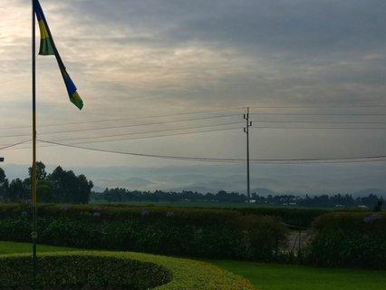Die Fahne vor einer der wichtigsten Tourismus-Attraktionen: dem Virunga Nationalpark.