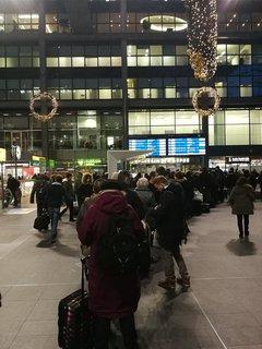 Reisende stehen warten auf eine Auskunft am Servicecenter