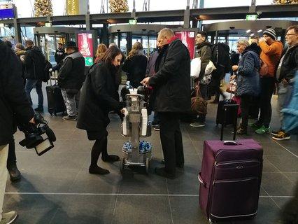 Mitarbeiter der Bahn schenken Kaffee am Hauptbahnhof aus