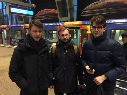 Drei Touristen aus Slowenien fühlen sich am Bahnhof Alexanderplatz ziemlich alleingelassen.