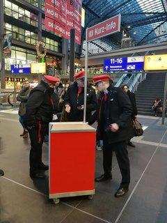 DB-Mitarbeiter haben einen Informationsstand in der Bahnhofhalle eingerichtet.