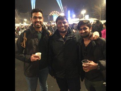 Gautam, Sai und Sumanth wollen die ganze Nacht durch weiter feiern.