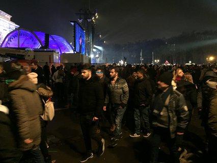 Nach dem großen Feuerwerk um Mitternacht verlassen die Besucher den Platz in Strömen.