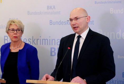 Sabine Vogt von BKA und Oberstaatsanwalt Georg Ungefuk