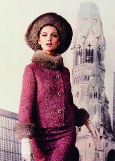 Ein Tweedkostüm mit Opossumbesatz von Uli Richter, dazu ein Hut von der Pariser Hutmacherin Madame Berthe, getragen vom italienischen Model Mirella Petteni, 1964