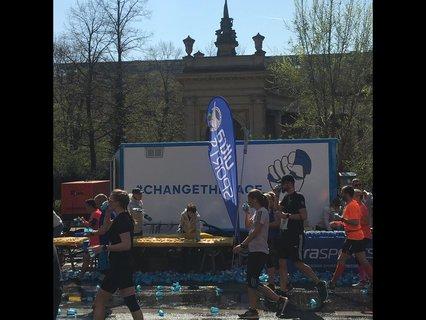 Unterwegs werden die Läufer mit Wasser versorgt.