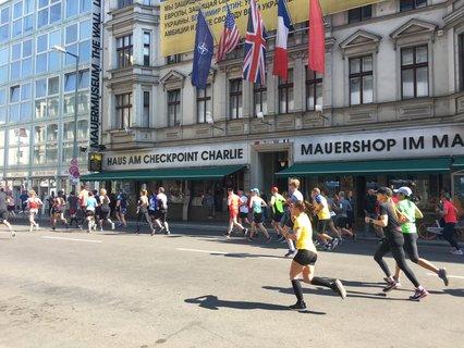 Am Checkpoint Charlie geht es auf die letzten Kilometer zu