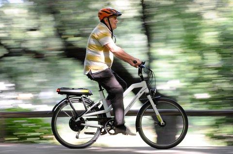 Das E-Bike ist auch für ältere Menschen nützlich.