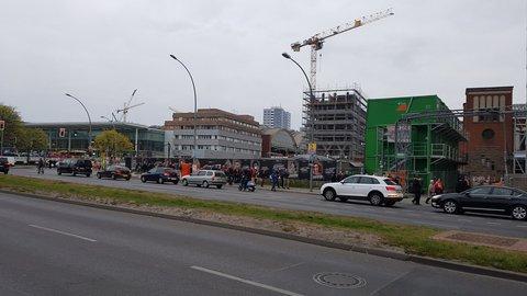 Viele spanische Fans sind schon auf dem Weg zur Halle. Vom Ostbahnhof bewegt sich eine kleine orangene Karawane Richtung Halle.