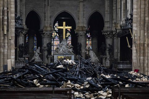 Trümmer liegen auf dem Altar.