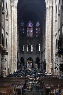 Die Fenster hinter dem Altar sehen unversehrt aus.