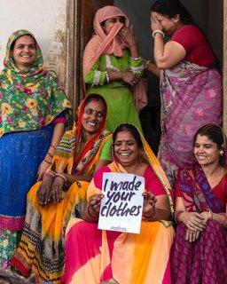 Näherinnen, die Bekleidung nähen und für die Kampagne #whomademyclothes fotografiert wurden.