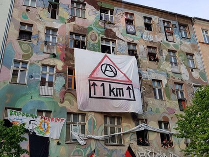 Transparent an einem Haus in der Rigaer Straße 78.