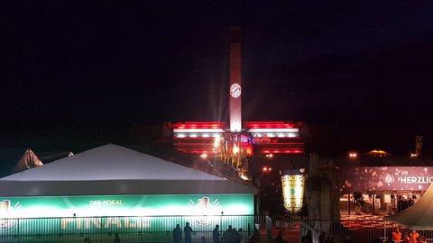Der Glockenturm leuchtet in den Siegerfarben.