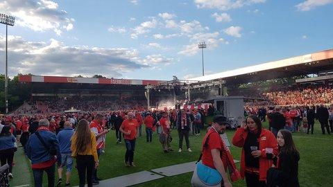 Im Stadion geht es mit Live-Musik schon rund.