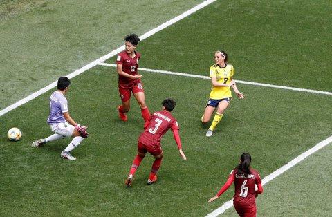 Drin ist er. Kosovare Asllani (in gelb) trifft zum 2:0 für Schweden.
