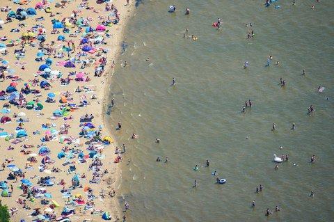 Abkühlung verzweifelt gesucht: Im Strandbad am Müggelsee tummeln sich Besucher im und am Wasser.