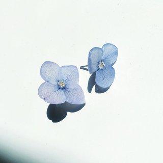 Wen-Ting Chen überzieht Blüten mit Kunstharz und macht sie so zu Schmuckstücken.