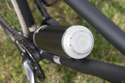 Zusammen mit einem Scheibenmotor macht der Akku der Firma Pendix aus einem Fahrrad ein E-Bike.