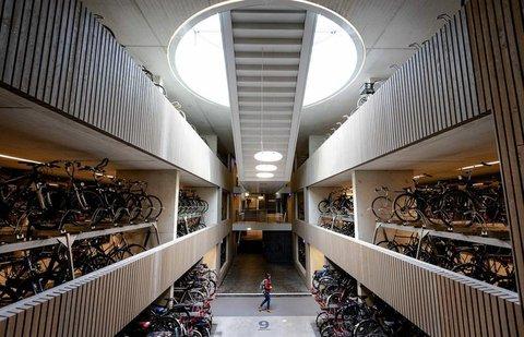 350 Meter lang, drei Etagen hoch: Das Rad-Parkhaus