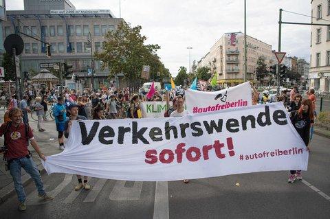 Aktivisten demonstrieren auf der Neuköllner Sonnenallee für die Verkehrswende.