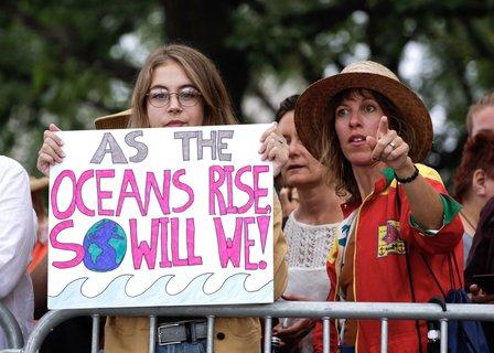 In New York warten Klimaaktivisten auf Greta Thunberg.