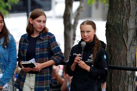 Greta Thunberg gibt eine Pressekonferenz am Hafen.