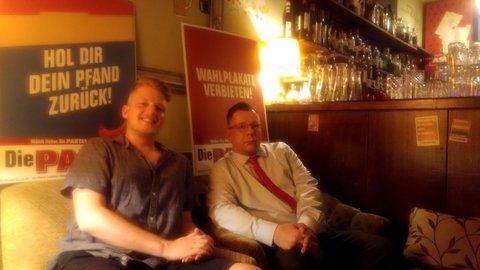 Partei-Politiker Philipp Hennig (l.) und Sebastian Voigt mit Plakaten