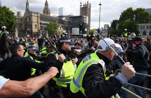 Die Polizei in London bei Protesten für und gegen den Brexit
