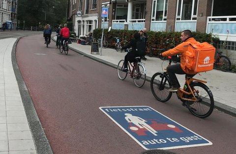 Radfahrer sind auf einer Amsterdamer