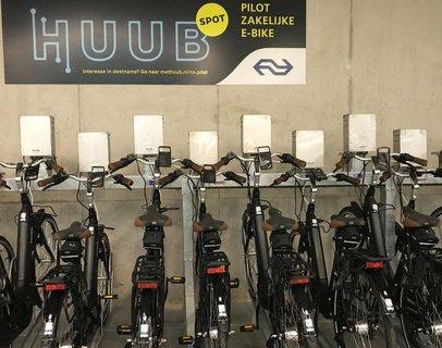 Am Amsterdamer Bahnhof kann man bei einem Pilotprojekt E-Bikes dienstlich mieten.