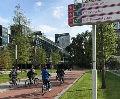 Ein modernes Park-Leit-System für Radfahrer steht am Amsterdamer Bahnhof. Digitale Anzeigen geben an, wieviele Plätze in welchen Parkgaragen noch frei sind