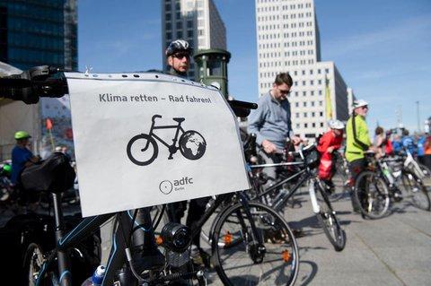 Klimaschutz seit 40 Jahren: Teilnehmer der ADFC Fahrrad-Kreisfahrt am Potsdamer Platz Mitte September 2019.