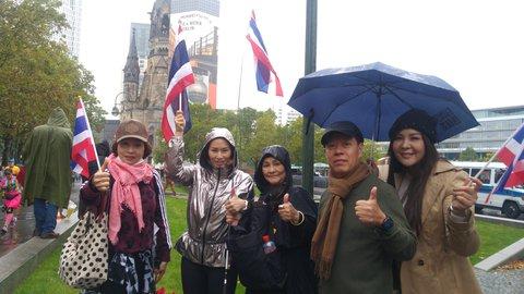 Anchisa (2. von links) aus Bangkok mit Familie