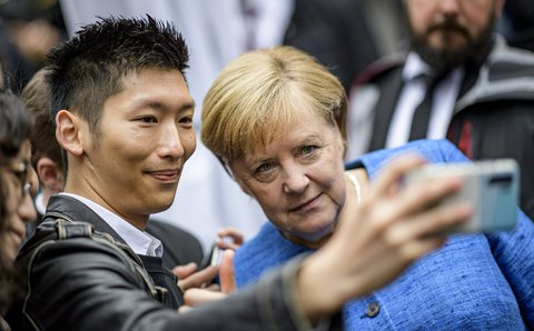 Die Bundeskanzlerin wurde bei der Ankunft zum zentralen Festakt des Tages mal wieder zum Selfie gebeten.